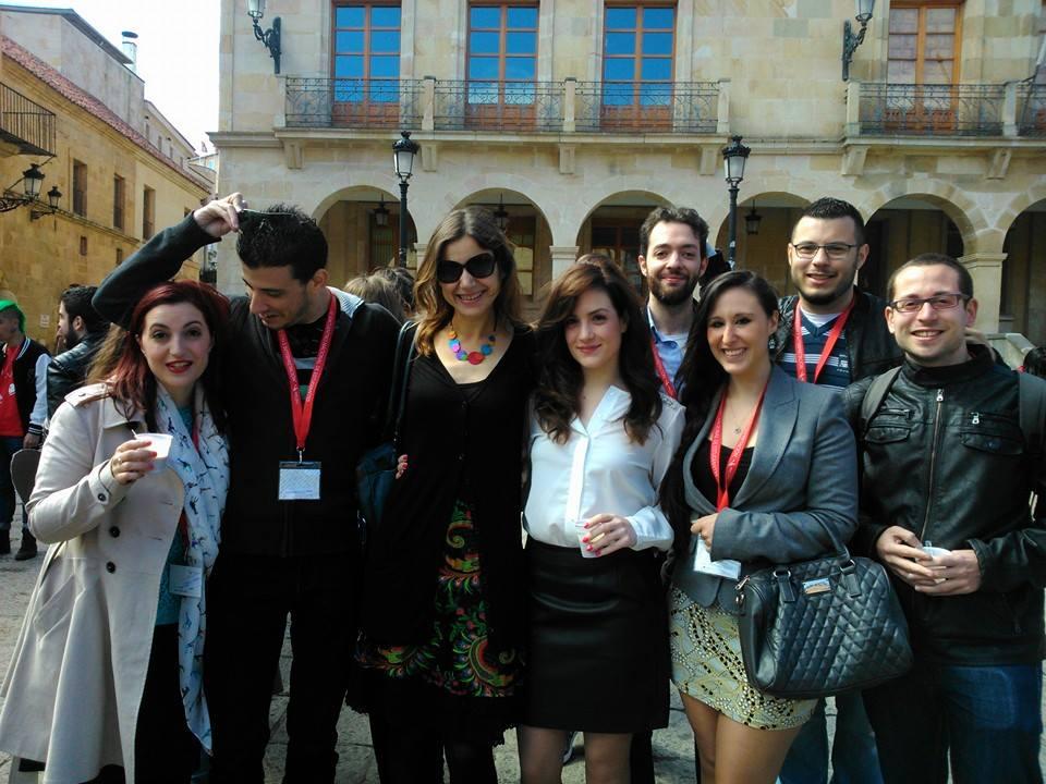 Con algunos ponentes y asistentes al ENETI (nótese el cafelito en mis manos: el mejor amigo del traductor)